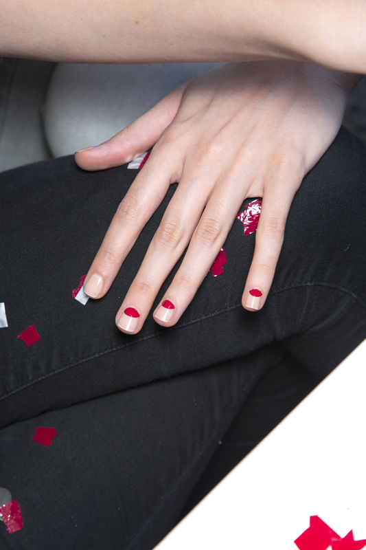 http://glazurmag.ru/images/manicure-ss14/manicure-trendy-wiosna-lato-2014-mila-schon-fot-imaxtree.jpg